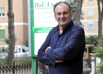 Massimo Zerbini di fronte allo studio di analisi