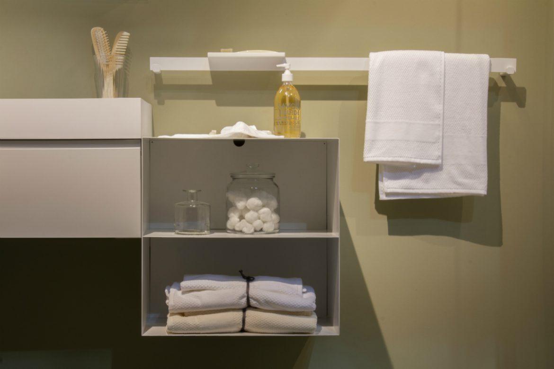 L'arredo bagno integrato è protagonista della casa e porta la firma di Artesi, Ardeco e Agha