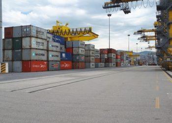 (ANSA) - TRIESTE, 18 MAG - Immense gru di banchina, container a perdita d'occhio, migliaia di metri quadrati di superficie - tra magazzini, banchine e piazzali e tonnellate di merci in arrivo e in partenza da e per il Mediterraneo e il Far East: il porto di Trieste torna ad aprirsi alla città, con la quinta edizione di 'Open Day' di domani. Oggi l'anteprima era per gli 'Instagramer', ovvero gli appassionati del social network che permette la condivisione di immagini e brevi video, che hanno potuto visitare lo scalo giuliano e le sue attività produttive. (ANSA). Foto di Cristiana Missori
